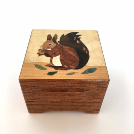 Boîte à musique écureuil, carrée, décor en marqueterie, réf. C3