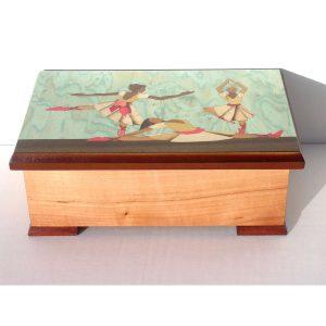 Boîte à musique Danseuses, rectangle, décor en marqueterie, réf. J7 A