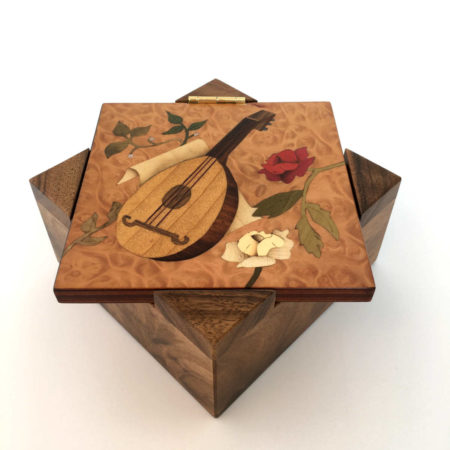 Boîte à bijoux instrument, décor en marqueterie, réf. P4