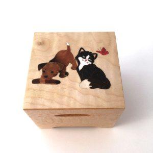 Boîte à musique chien et chat, carrée, décor en marqueterie, réf. C24